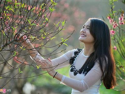 Giới trẻ Hà thành du xuân tại vườn đào Nhật Tân mới nở