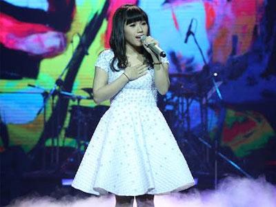 Clip: Thùy Chi hát live