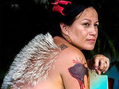 Người phụ nữ châm 2.500 cây kim kín lưng để phản đối trò đấu bò