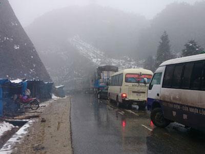 Tuyết rơi dày tới 10-15 cm, du khách đổ về Sa Pa