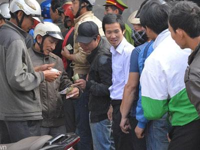 Chen lấn, xô đẩy mua vé xem trận HAGL - Thanh Hóa