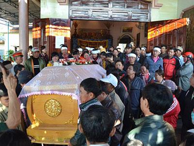 Thảm án ở Gia Lai: Cả làng đưa tang nữ sinh bị hại giữa đêm