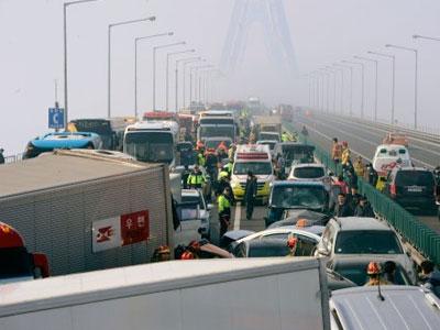 Hàn Quốc: 2 người Việt bị thương nặng trong vụ tai nạn 100 ô tô đâm liên hoàn