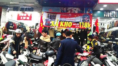 Hà Nội: Chen chân mua hàng giảm giá ngày giáp Tết - 1