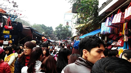 Hà Nội: Chen chân mua hàng giảm giá ngày giáp Tết - 2