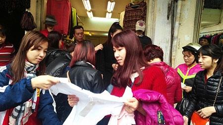 Hà Nội: Chen chân mua hàng giảm giá ngày giáp Tết - 10