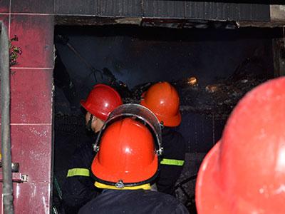Bốn người nhảy lầu thoát thân từ căn nhà bốc cháy trong đêm