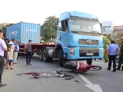 Nữ công nhân bị xe tải cán qua người chết thương tâm