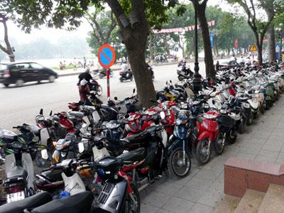 Hạn chế xe máy: Người phố lo hơn dân quê