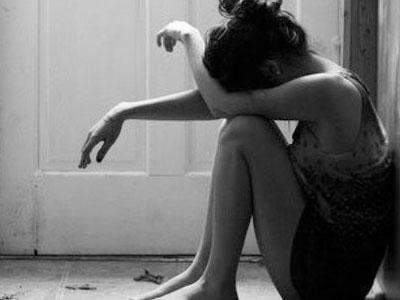 Xót xa câu chuyện cô gái quỳ gối và cắt cổ tay ở nhà bạn trai để xin giữ lại đứa con