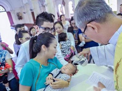 Ốc Thanh Vân làm lễ rửa tội cho con trai út