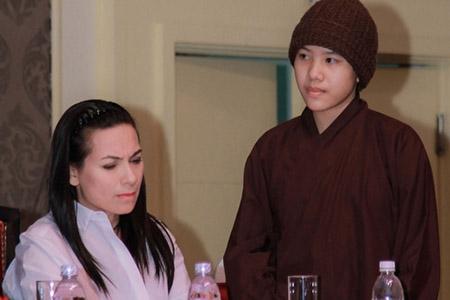 """Quang Lê, Phi Nhung tranh cãi vì """"trang phục ni cô"""" của Huyền Trân"""