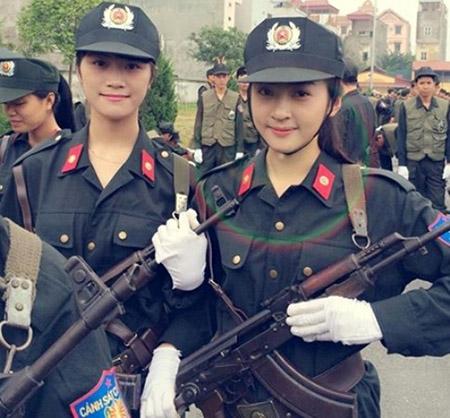 Nữ cảnh sát xinh đẹp đốn tim dân mạng