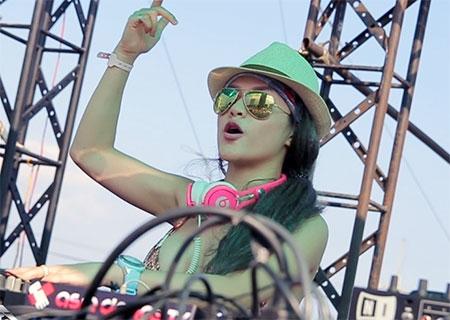 DJ Melo diện bikini chơi nhạc trước 20.000 bạn trẻ - 3