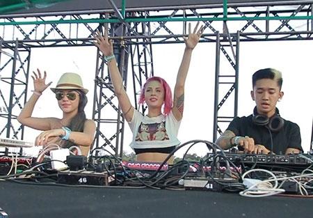 DJ Melo diện bikini chơi nhạc trước 20.000 bạn trẻ - 6