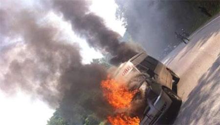Đang chạy trên đường, xe khách bất ngờ bốc cháy như đuốc