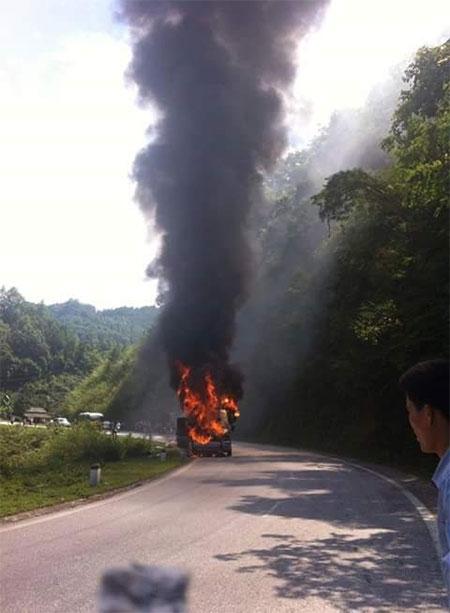 Đang chạy trên đường, xe khách bất ngờ bốc cháy như đuốc - 1