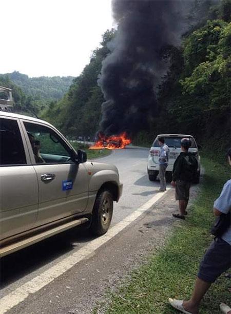 Đang chạy trên đường, xe khách bất ngờ bốc cháy như đuốc - 2