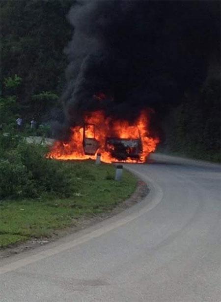 Đang chạy trên đường, xe khách bất ngờ bốc cháy như đuốc - 3
