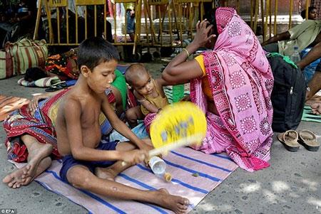 Bệnh viện Ấn Độ quá tải vì nắng nóng - 1