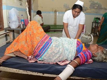 Bệnh viện Ấn Độ quá tải vì nắng nóng - 4