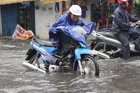 Mưa 2 giờ, nhiều con đường ở Sài Gòn lại ngập