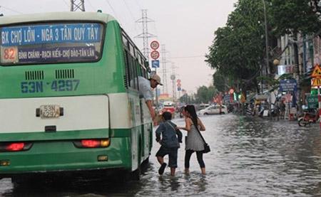 Mưa 2 giờ, nhiều con đường ở Sài Gòn lại ngập - 1