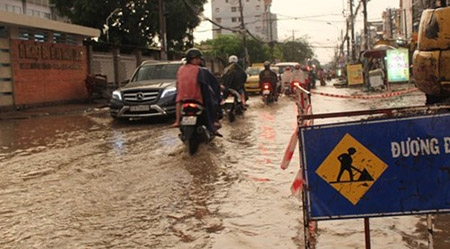 Mưa 2 giờ, nhiều con đường ở Sài Gòn lại ngập - 2
