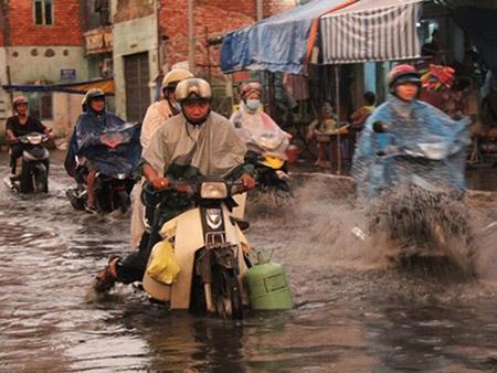 Mưa 2 giờ, nhiều con đường ở Sài Gòn lại ngập - 3