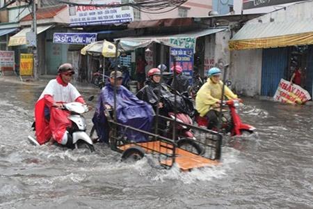 Mưa 2 giờ, nhiều con đường ở Sài Gòn lại ngập - 4