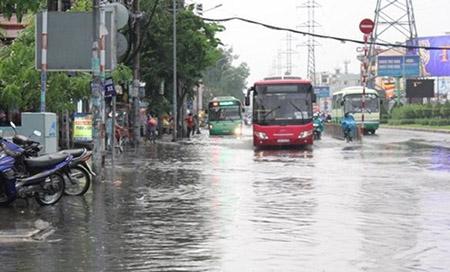 Mưa 2 giờ, nhiều con đường ở Sài Gòn lại ngập - 5