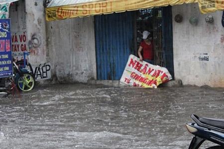 Mưa 2 giờ, nhiều con đường ở Sài Gòn lại ngập - 6
