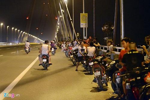 Người dân lên cầu Nhật Tân hóng gió