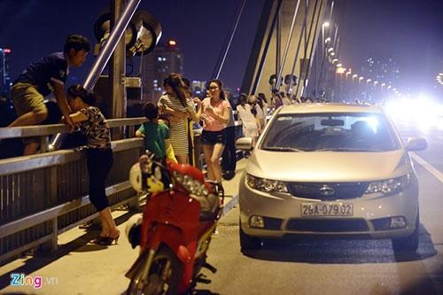 Người dân lên cầu Nhật Tân hóng gió - 1