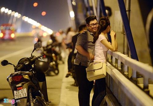 Người dân lên cầu Nhật Tân hóng gió - 2