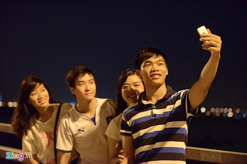Người dân lên cầu Nhật Tân hóng gió - 7