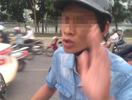 Hà Nội: Bắt đối tượng vờ kẹt chân để ăn vạ tiền chủ xế hộp
