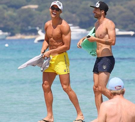 C. Ronaldo đi biển cùng bồ cũ Defoe - 5