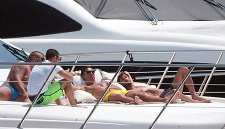 C. Ronaldo đi biển cùng bồ cũ Defoe - 6