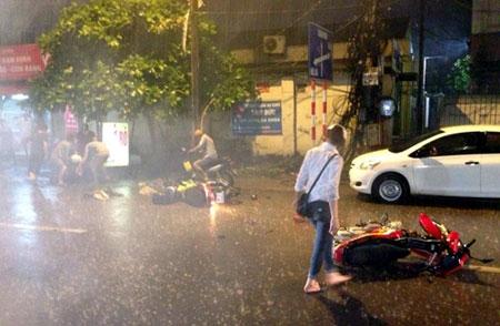 Mưa giông lớn quật ngã nhiều người đi đường ở Hà Nội