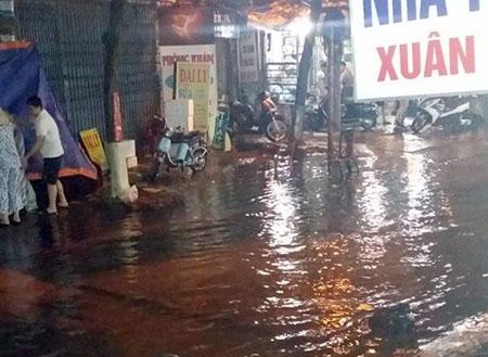 Mưa giông lớn quật ngã nhiều người đi đường ở Hà Nội - 1
