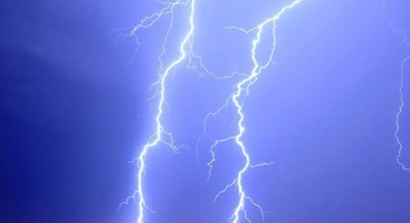 Trú mưa ở thềm nhà, 2 vợ chồng bị sét đánh tử vong tại chỗ