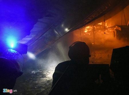 Hơn 100 cảnh sát, bộ đội chữa cháy trong mưa