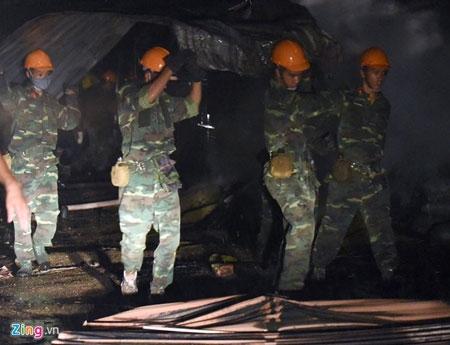 Hơn 100 cảnh sát, bộ đội chữa cháy trong mưa - 1