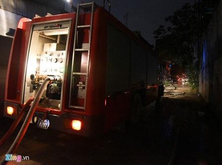 Hơn 100 cảnh sát, bộ đội chữa cháy trong mưa - 2