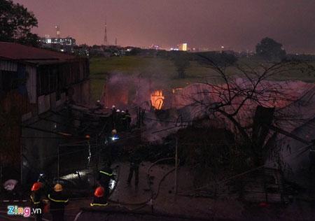 Hơn 100 cảnh sát, bộ đội chữa cháy trong mưa - 3