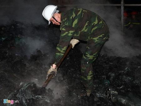 Hơn 100 cảnh sát, bộ đội chữa cháy trong mưa - 7