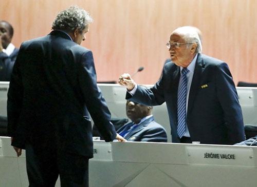 """""""Làm sạch"""" FIFA thế nào khi Blatter từ chức?"""