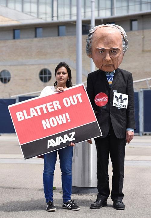 """""""Làm sạch"""" FIFA thế nào khi Blatter từ chức? - 2"""