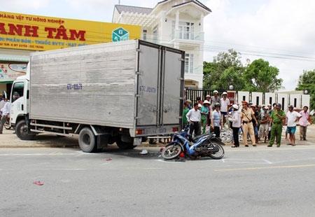 Xe máy lao vào ôtô tải, bé gái tử vong tại chỗ